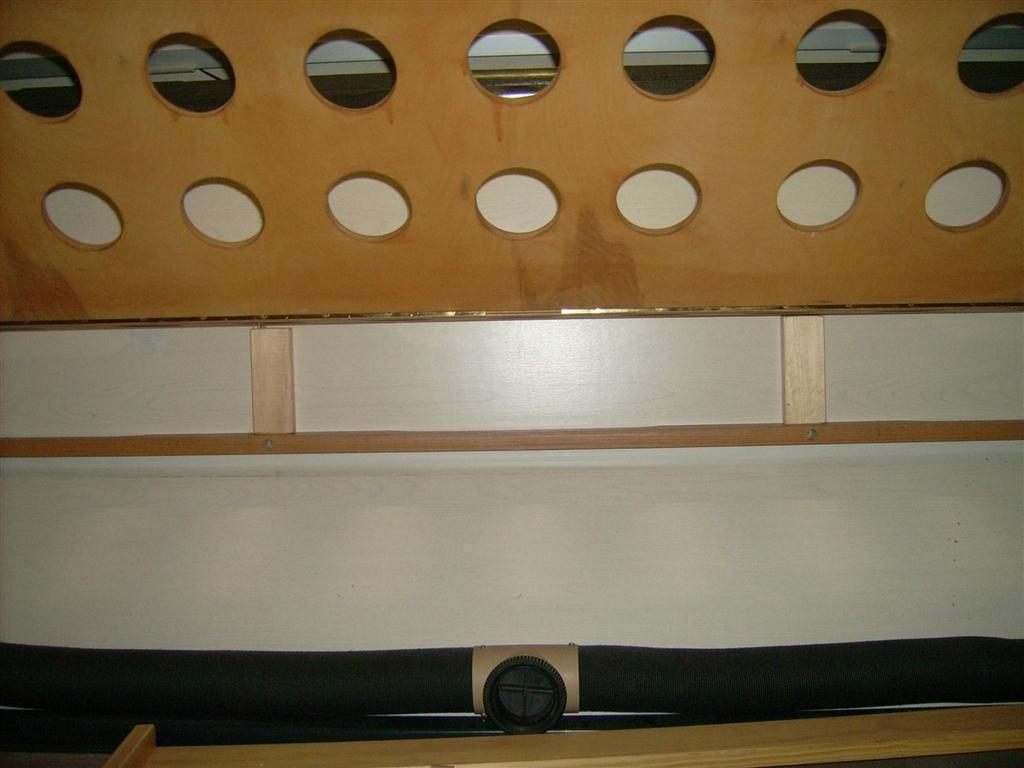 Orginales vorderes Auflager um 12 cm aufgeständert, weil nur da Holzleisten in der Wand sind!