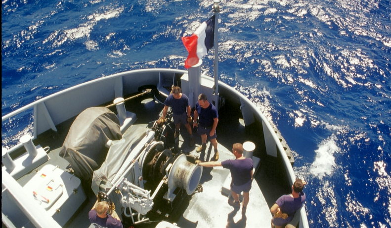 13º. La isla de Pitcairn, en el corazón del Pacífico, donde se habían refugiado los revolucionarios del Bounty, es inaccesible. He logrado llegar en barcoestop, sobre el Revi además, un barco de la fuerzas armadas francesas. La coronación de mi carrera.