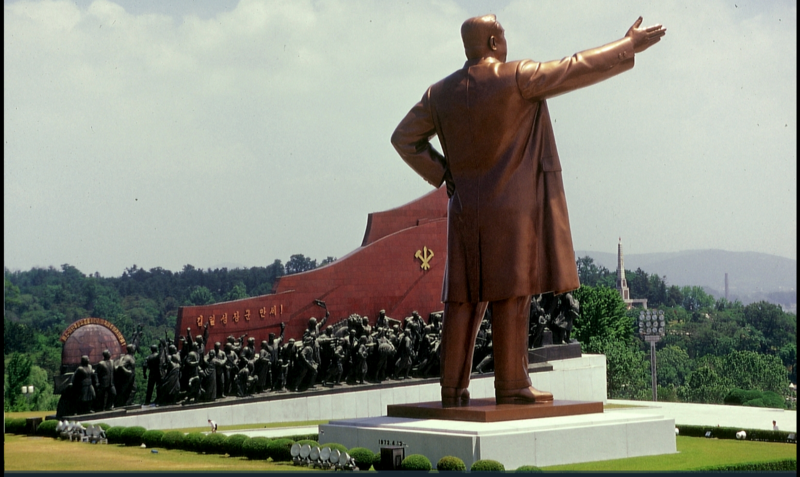 14º. Corea del Norte, mi país número 249, es un punto del globo difícil de visitar. Sus habitantes no pueden escaparse de él. Es un país aterrorizado y sin luz la noche, salvo para la gigantesca estatua en Pyongyang del bien amando líder, Kim-Il-Sun.