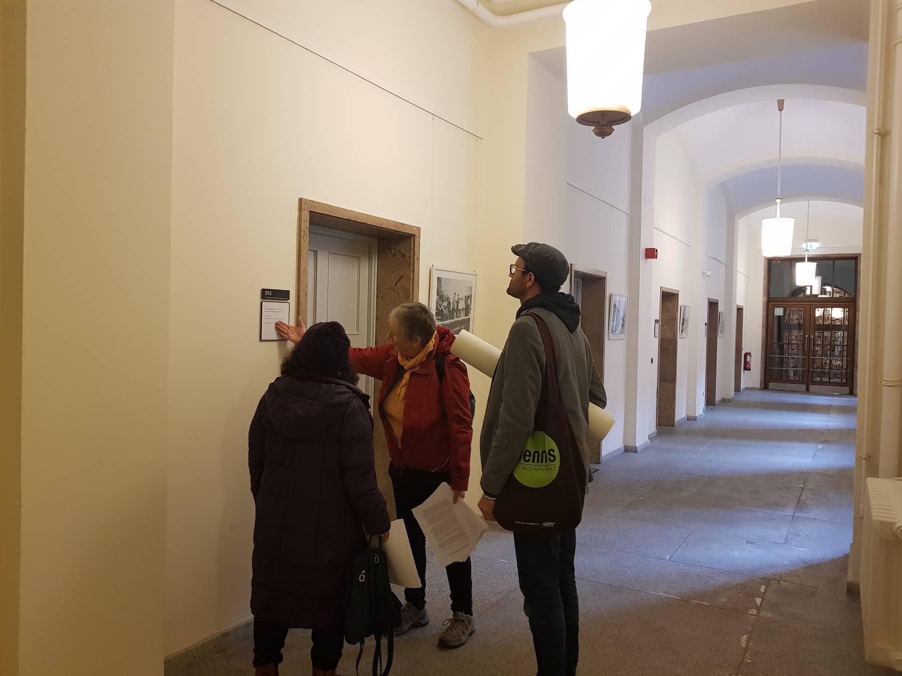 Verteilung des offenen Briefes an Innensenator Geisel im Roten Rathaus Berlin