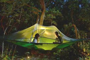 ホテルニラカナイ西表島の敷地内に設置された空中テント