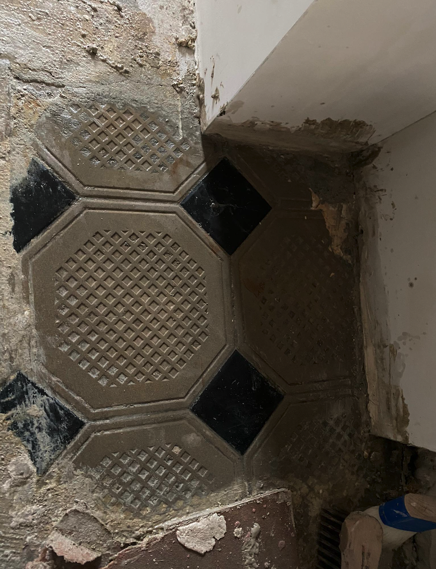 Reinigung und Bearbeitung Natursteinplatten (antik) - Entfernung von Teppichleim und Kleber (nachher)