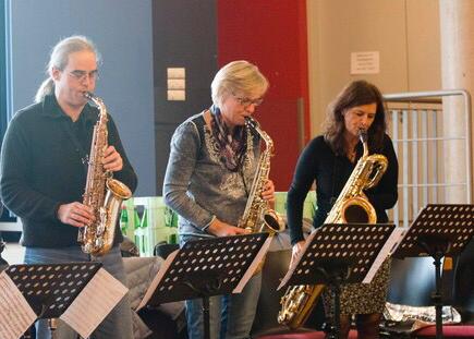 Lob und Kritik im Saxofon-Satz. Rechts unten die Schuhe des Satzführers.