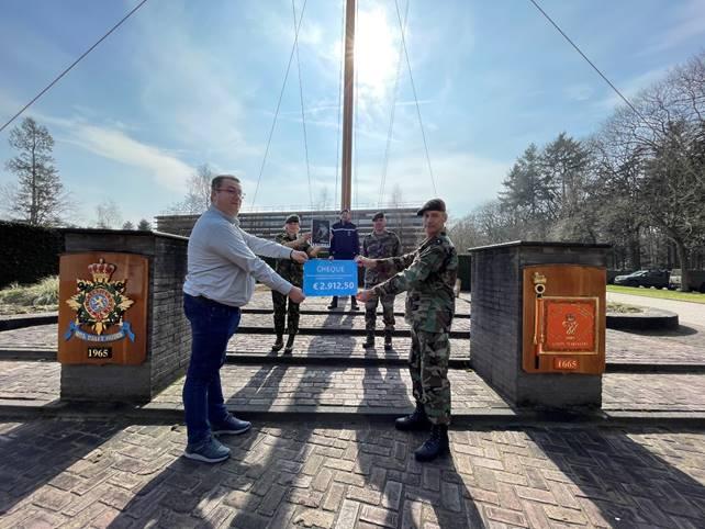 SHK overhandigt cheque aan het Korps Mariniers.