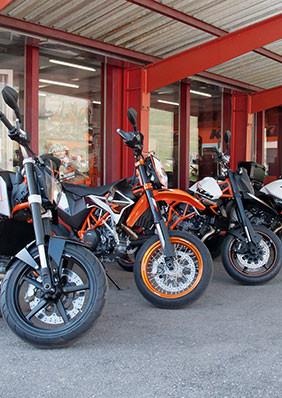 Mottorräder vor Schaufenster