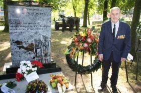 Hans Bij het Nieuw-Guinea Monument.