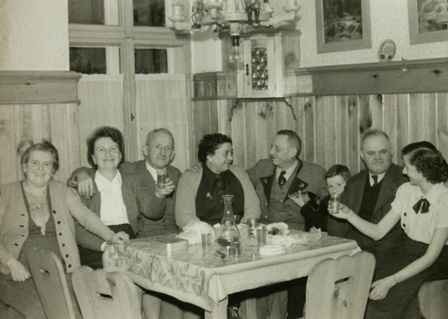 Unsere Großeltern in freudiger und ausgelassener Runde. Ausgesteckt wurde früher in der Küche.