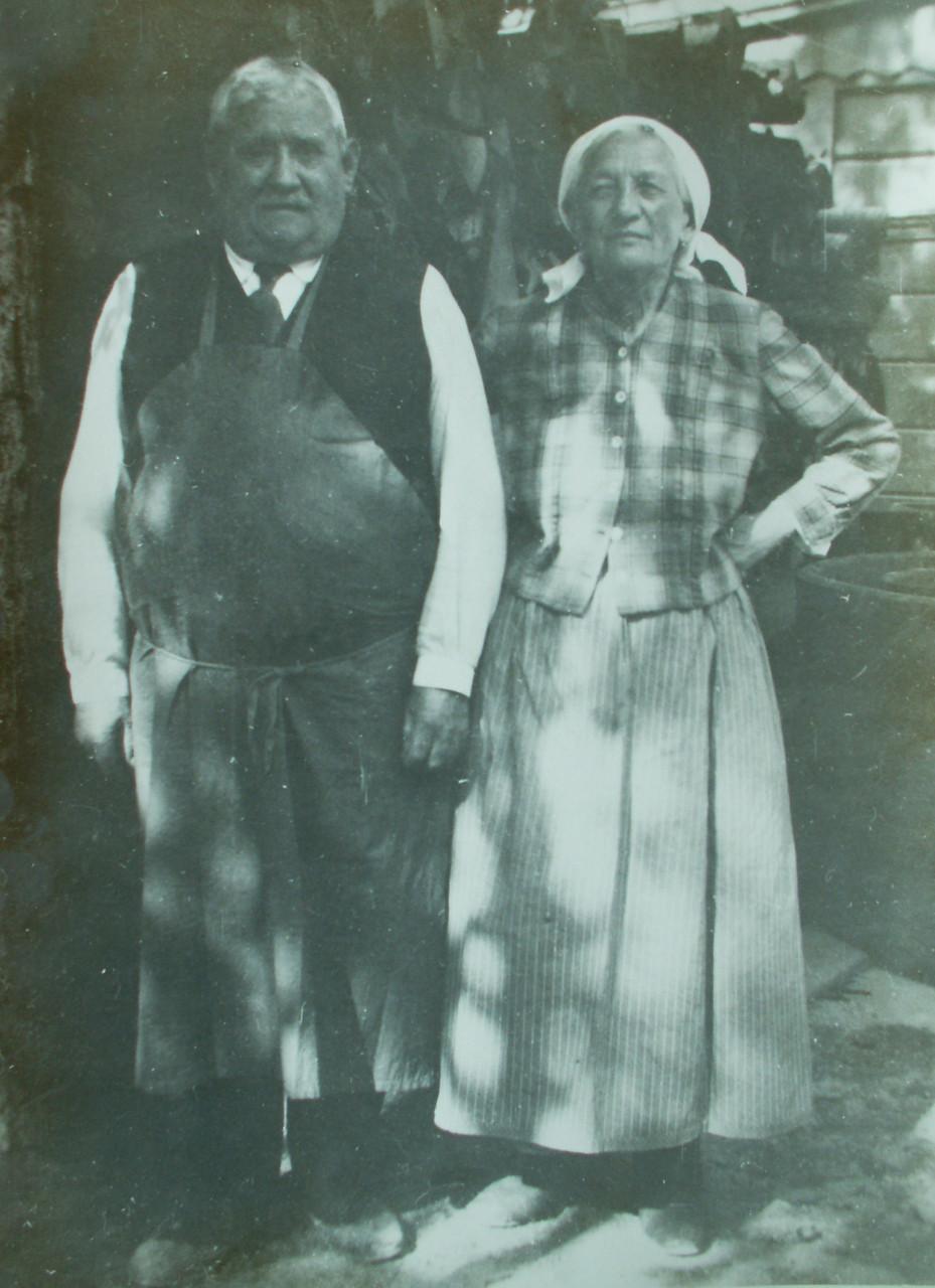 Unsere Urgroßeltern, die immer sehr stolz auf ihren Wein waren. (ca. im Jahr 1930)