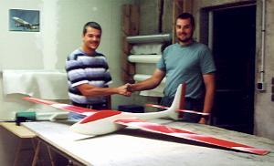 planeur Voltij Aeromod blanc et rouge en vol avec Alexis Marechal et Marcel Guwang se serrant la main