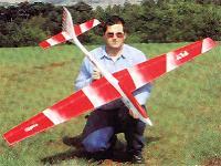 planeur Voltij Aeromod blanc et rouge porté par Jean-Louis Coussot