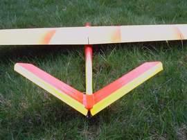 planeur minij aeromod jaune et rouge dans l'herbe vu de derrière