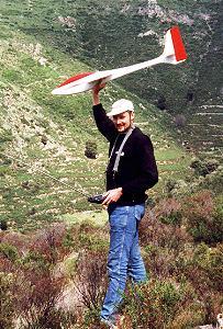 planeur Voltij Aeromod blanc et rouge lancé par Alexis Maréchal