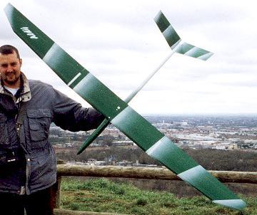 planeur Aldij Aeromod blanc vert porté par Alexis Marechal à la pente de Pech David à Toulouse