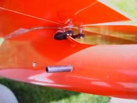 planeur minij aeromod jaune et rouge : installation sous l'aile