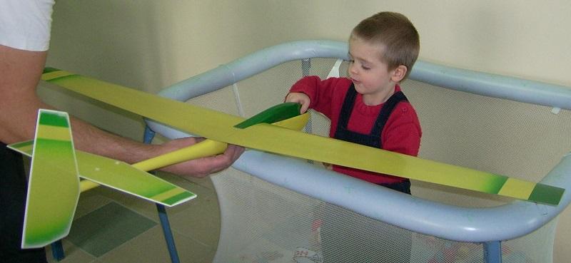Robert Marechal, pas encore deux ans, admire le planeur coquillaj Coquillaj Aeromod jaune et vert de son papa.