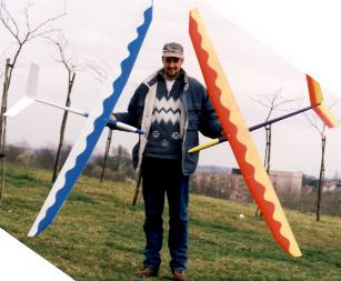 Alexis Marechal porte deux planeurs Aldij Aeromod en 1998