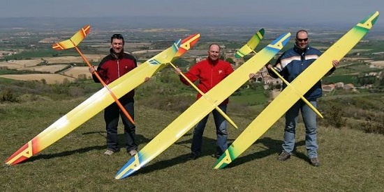3 pilotes avec leur planeur radiocommandé Alliaj Aeromod , dans le Lauragais