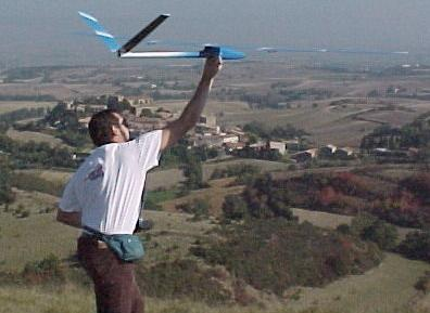 planeur Miraj Aeromod blanc bleu lancé par Alexis Marechal