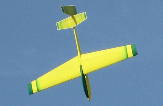 planeur Coquillaj Aeromod jaune et vert en vol, qui pique vers le bas