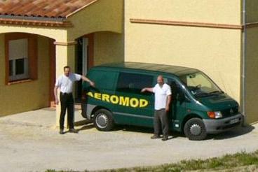 Alexis Marechal et Tom Copp devant l'atelier Aeromod avec le vito vert et jaune d'Alexis