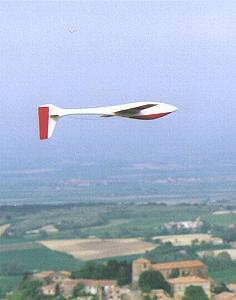 planeur Voltij Aeromod blanc et rouge en vol de dos