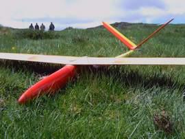 planeur minij aeromod jaune et rouge posé dans l'herbe