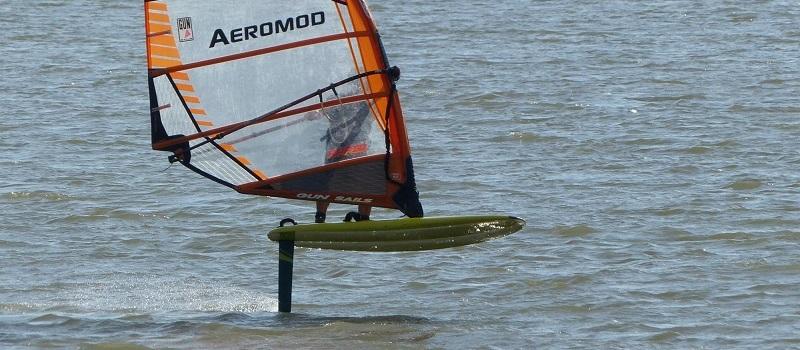 Alexis Marechal et sa planche aux beaux reflets - windfoil Aeromod