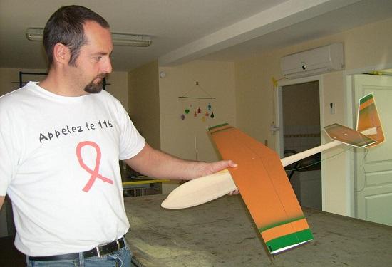 Alexis Maréchal présente le planeur Coquillaj dans l'atelier Aeromod