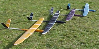 4 planeurs Mirajs Aeromod posés dans l'herbe
