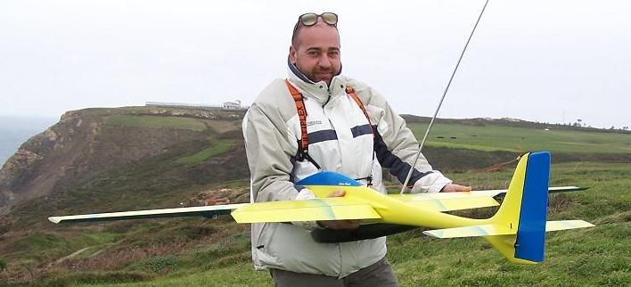 planeur Voltij Aeromod tenu par un homme à la montagne