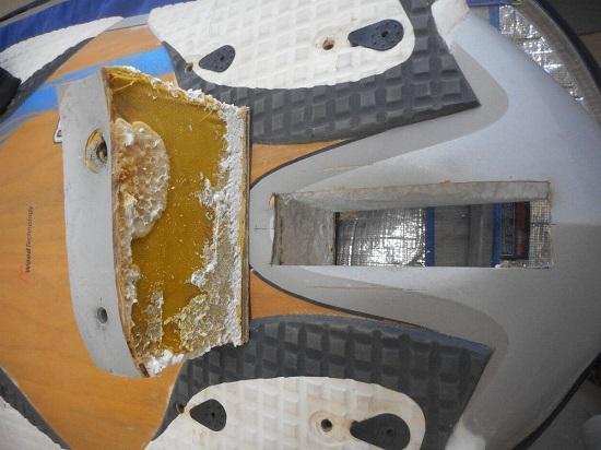détail d'un arrière de planche à voile, avec boitier découpé et posé dessus - windfoil aeromod