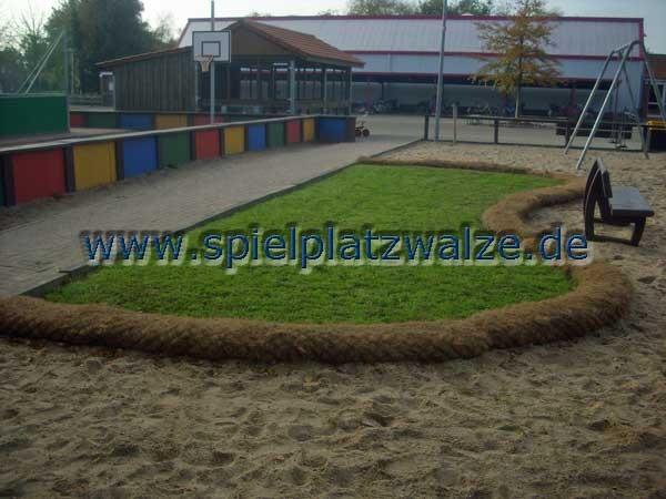 Grünfläche auf einem Schulhof