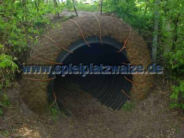 Einfassung eines Tunneleingangs mit einer Spielplatzwalze