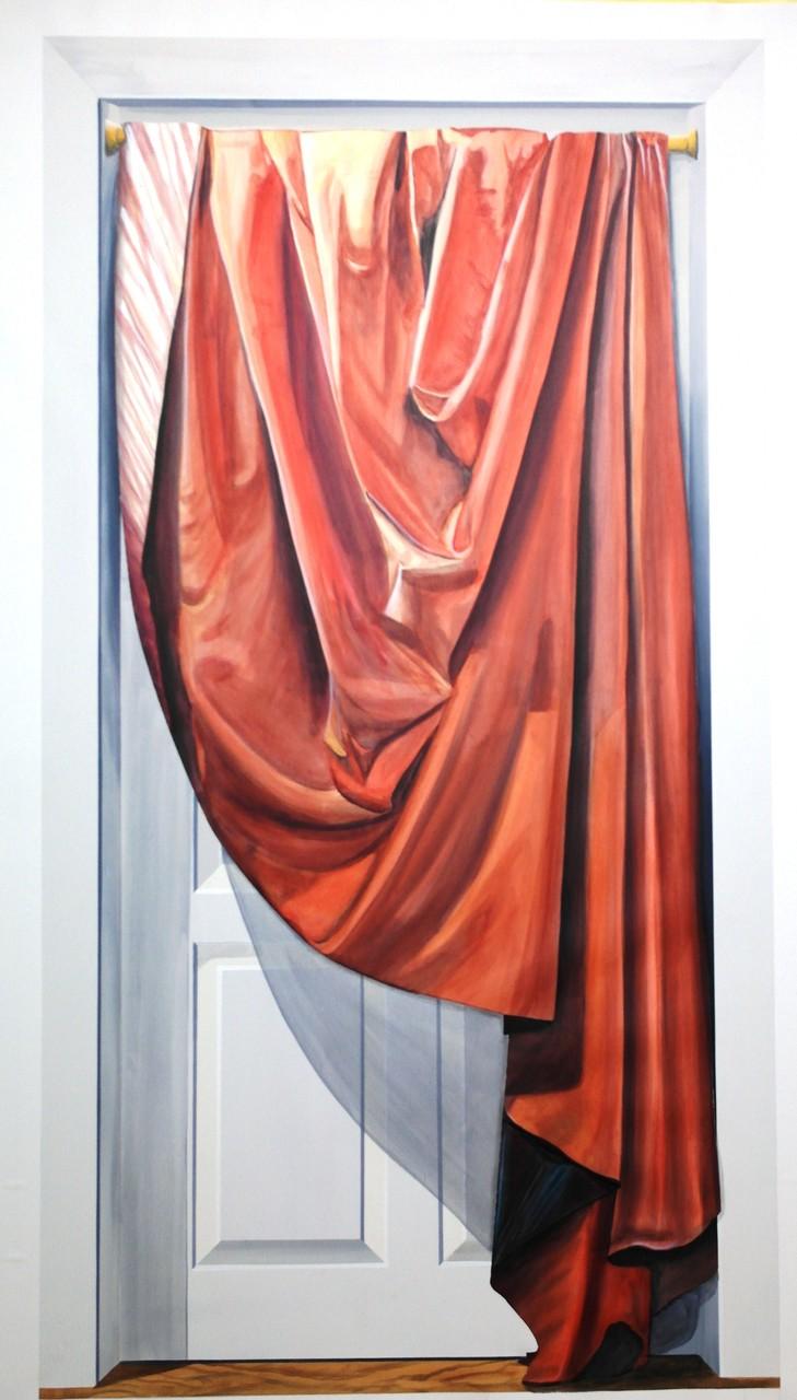 gemalte Tür mit Vorhang