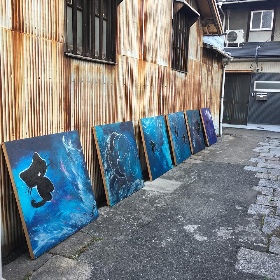 猫十字星(兵庫県立美術館展示作品)を路地に一列に