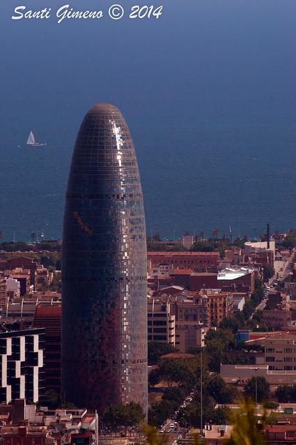 Vista de la torre Agbar de Barcelona, desde la zona dels bunkers del carmel