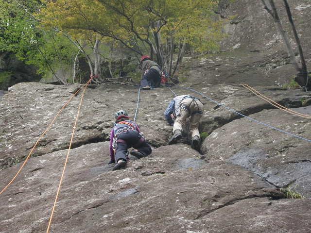 上で坂本和さんが支点を取り小林さんを確保している。その横に別ロープでtoriさん登山靴で登っています。