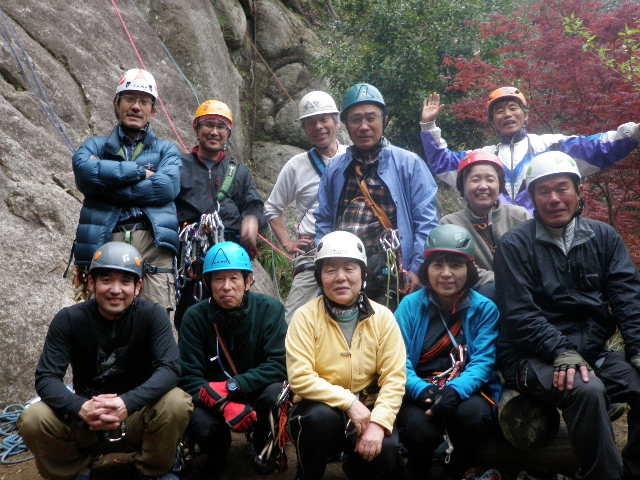 広沢寺岩前で参加者集合写真。皆さんいい顔しています