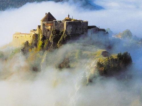 Château de Joux dans la brume