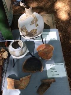 8号墳の周辺から出土した壺など