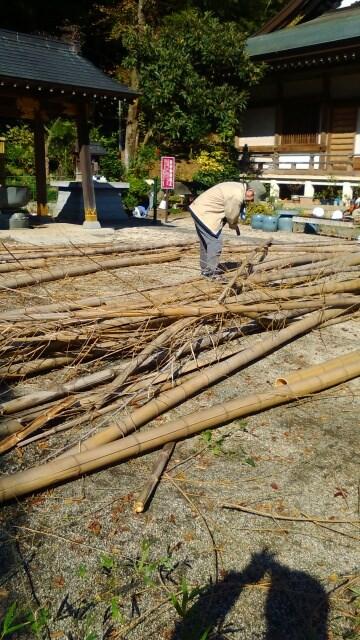 切り出した竹の枝を落としています