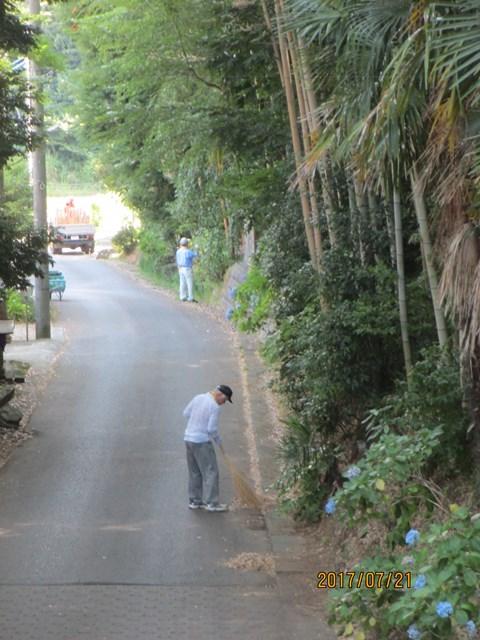 今日は道路周辺の清掃が中心です
