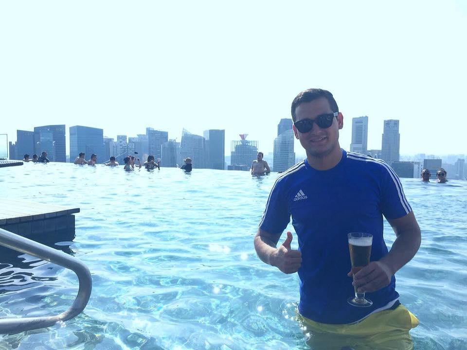 Fangrüße aus dem Rooftop-Pool des Marina Bay Sands Hotels, Singapur!