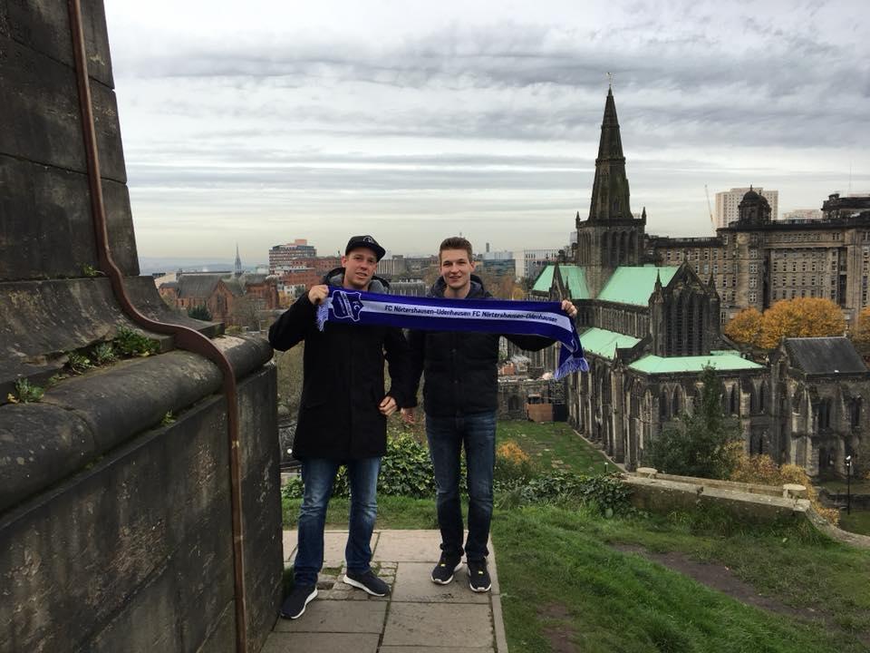 Fangrüße mit Blick auf die St Mungo's Cathedral in Glasgow, Schottland!