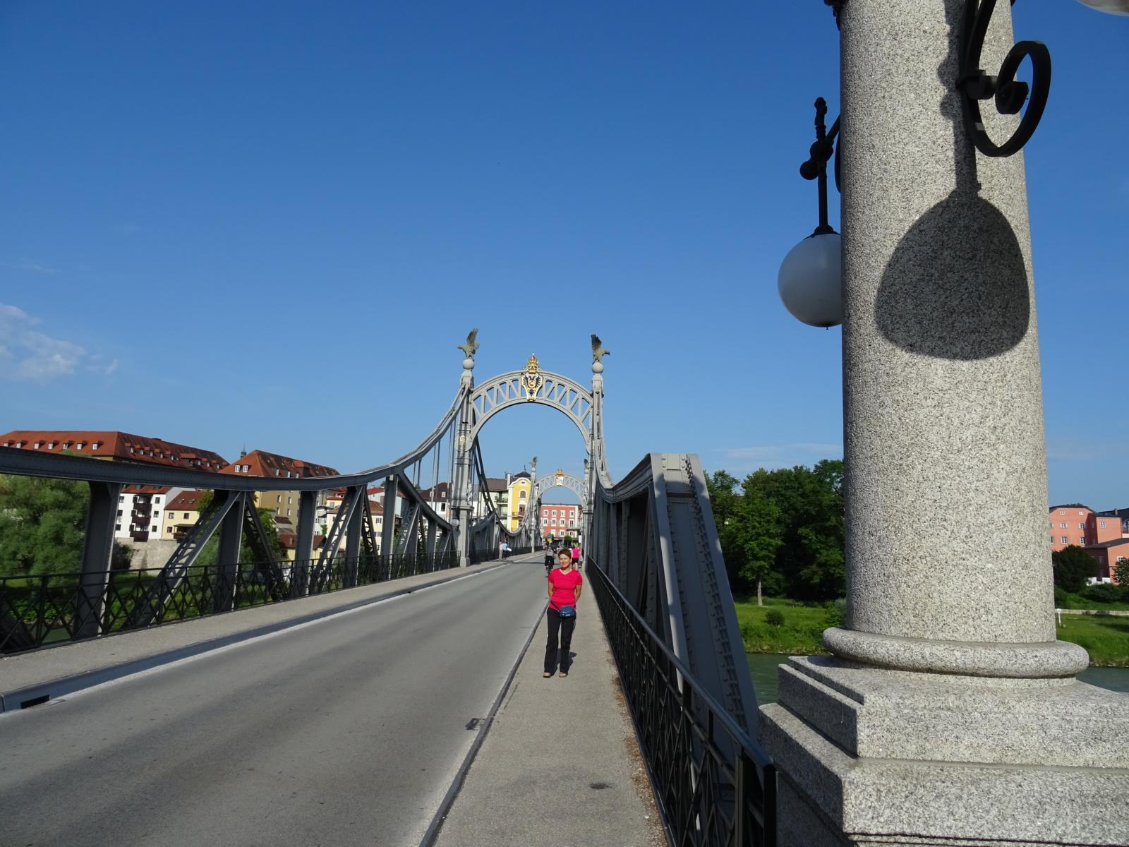 Die Friedensbrücke in Laufen