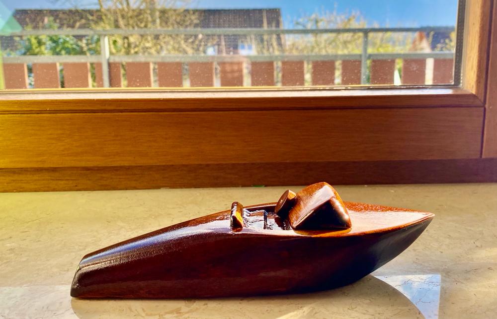 Kreativität auch mal anders : selbstgeschnitzes Holzspielzeug aus Mahagoni mit 17 Lackschichten - Riva Ariston