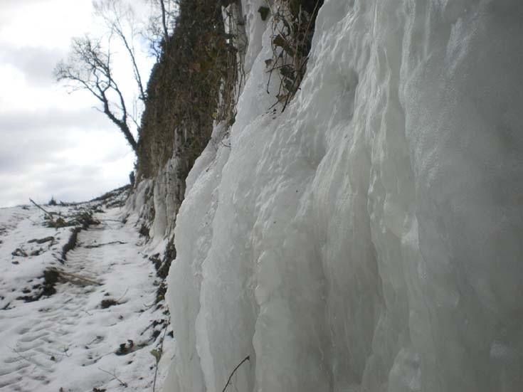 cascades de glace à fleur de roche