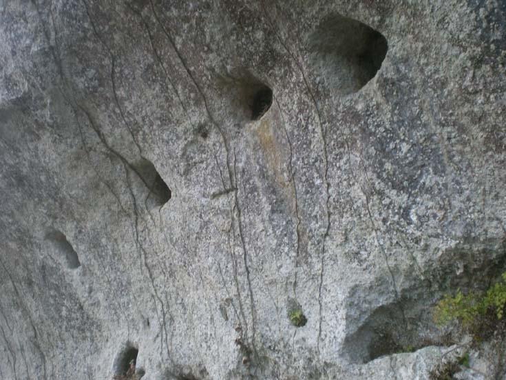 des traces d'habitat troglodytique apparaissent