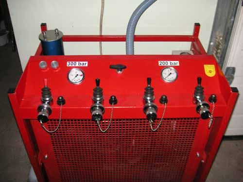Atemluftkompressor: Mit Hilfe des Atemluftkompressors werden leere Atemluftflaschen, welche bei Gärgasunfällen, Brandeinsätzen, etc. verwendet wurden wiederbefüllt. …