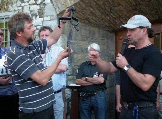 Die Siegerarbeit, ein sakraler Türgriff, von Thomas-Maria Schmidt (auf dem Bild links Juror Stefan Elgaß)